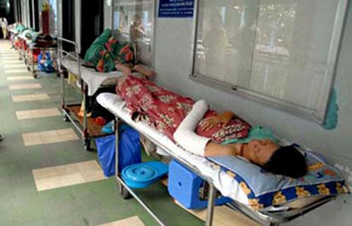 Quá tải bệnh viện là lỗi của bệnh nhân? - 1