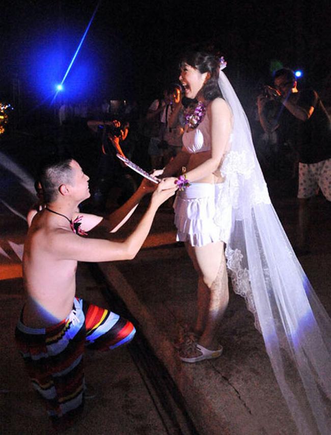 Tối mồng 1/7 năm nay, tại khu du lịch Tam Minh, Vĩnh An, tỉnh Phúc Châu (Trung Quốc) đã diễn ra một đám cưới hết sức đặc biệt, bởi cô dâu và chú rể lại mặc đồ tắm bikini.