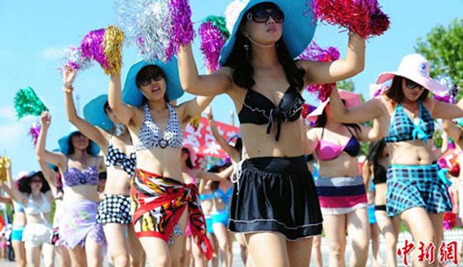 Nhưng cuộc diễu hành bikini lớn nhất thế giới lại thuộc về 1.085 phụ nữ Trung Quốc ở tỉnh Liêu Ninh. Cuộc diễu hành này đã được tiến hành vào tháng 8 năm nay.