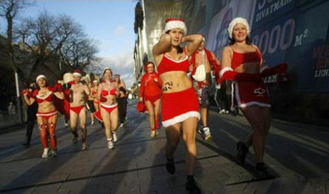 """Bikini còn dành cho các """"công chúa Tuyết"""". Nhiều cô gái trẻ trong bộ đồ Noel nhưng được thiết kế kiều bikini đã chạy bộ từ thiện tại London."""