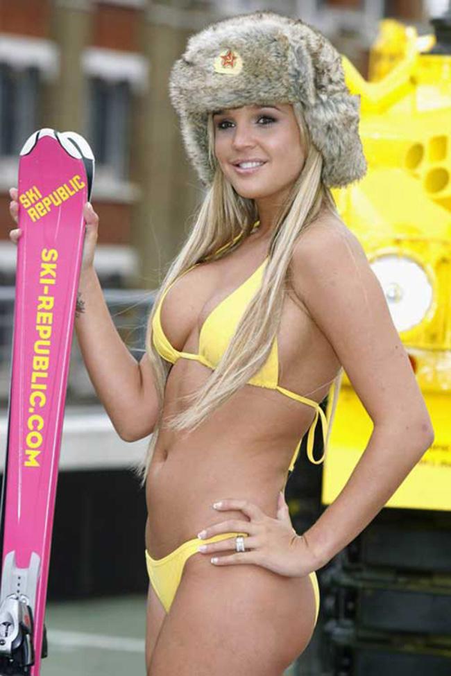 Trời lạnh nhưng thiếu nữ vẫn mặc bikini trượt truyết.