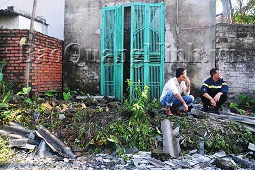 Pháo nổ tung mái nhà, 2 người thương vong - 1