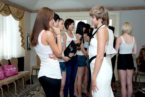 Top Model tự tin bên mẫu nước ngoài - 1