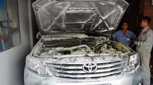 Ôtô bạc tỉ bốc cháy khi đậu trong nhà - 1