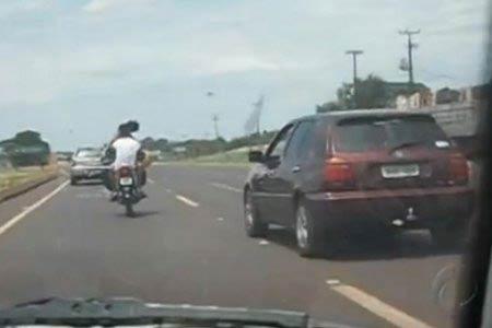 Brazil: Hôn nhau thắm thiết... khi lái xe máy - 1