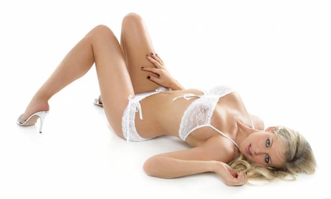 Abi Titmuss là siêu mẫu nội y cực kì nổi tiếng tại Anh với gương mặt xinh đẹp và vòng 1 bốc lửa. Năm 2005, tạp  chí thời trang nổi tiếng của Anh Quốc, Loaded đã bầu chọn cô nàng tóc  vàng nóng bỏng này là mỹ nhân sexy nhất xứ sở sương mù. Ngoài ra, Abi  còn được biết đến với vai trò là người tình của cựu ngôi sao của MU -  Lee Sharpe.