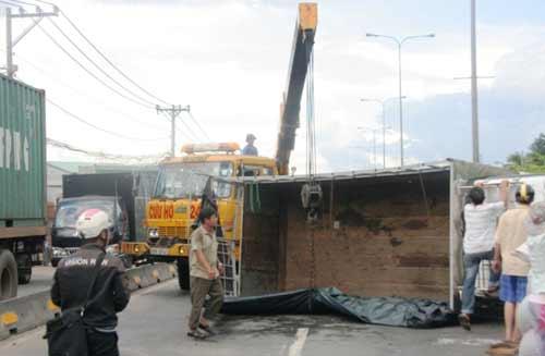 Xe tải chở hàng lật chổng vó trên quốc lộ - 1