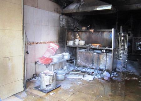 Cháy lớn tại quán cơm trong chung cư - 1