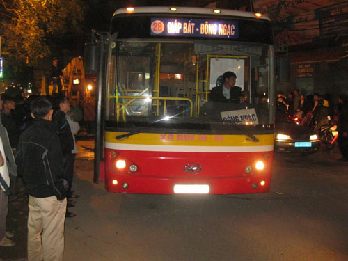 Xe buýt sụt hố tử thần, hành khách hoảng loạn - 1