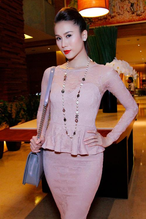 """Thái Hà """"chơi nổi"""" với váy kim loại - 1"""