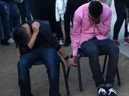 Mỹ: Học sinh đánh nhau bị phạt nắm tay - 1