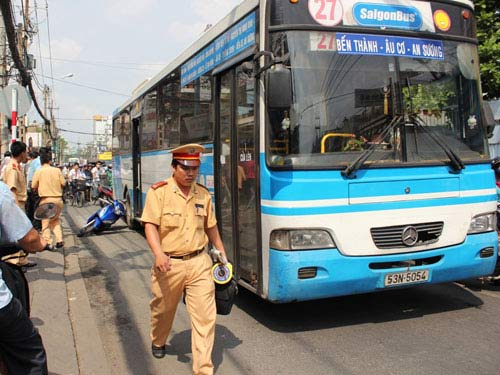 Giải cứu phụ nữ bị kẹt tay dưới bánh xe buýt - 1
