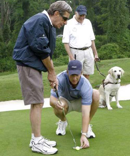 """Ông lão mù """"thách đấu"""" Tiger Woods - 1"""