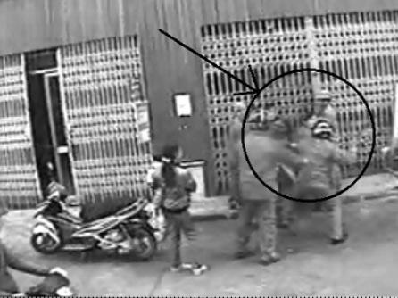 Trưởng Công an xã dùng gậy đánh công dân - 1
