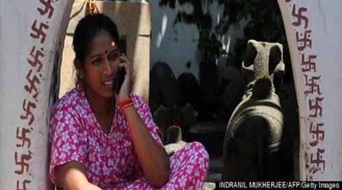 Lạ: Phụ nữ dùng di động phạt 200 USD - 1