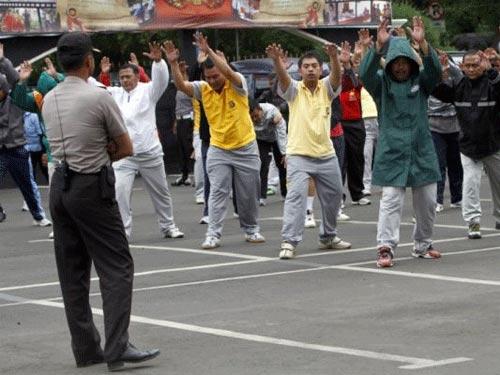 Cảnh sát béo thi nhau tập aerobic giảm cân - 1