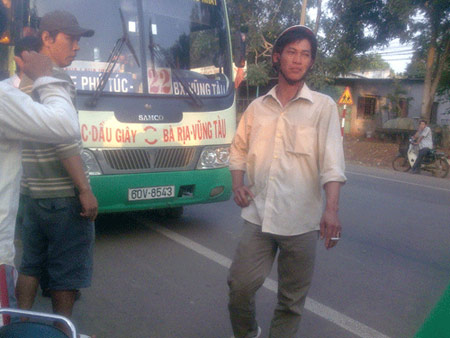 Bị phụ xe buýt đánh dã man, khách nhập viện - 1