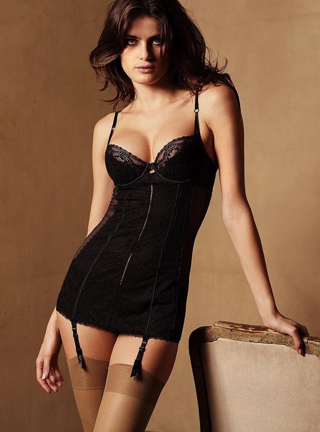 Đến từ Brazil, Isabeli Fontana (1983) với chiều cao 1m77 và thân hình   siêu chuẩn đã trở thành một thiên thần của Victoria's Secret từ năm mới  16 tuổi. Hiện nay cô nằm trong top 10 siêu mẫu nổi danh hàng đầu thế  giới với những khoản cát sê kỉ lục. Fontana đã từng cộng tác với hàng  loạt nhãn hiệu thời trang danh tiếng như Ann Taylor, Dolce &  Gabbana, J.Crew, Ralph Lauren, Revlon, Tommy Hilfiger, Valentino,  Versace… Đặc biệt, có thời cô còn cặp kè với tiền đạo Inzaghi, nhưng là  cậu em Simone Inzaghi, một sát thủ tình trường siêu hạng.