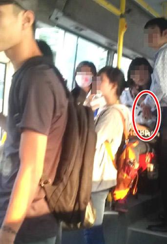Thản nhiên sờ ngực thiếu nữ trên xe bus - 1