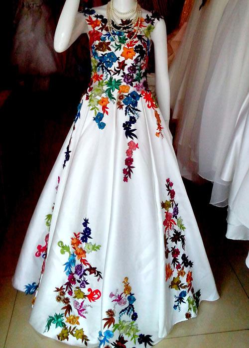 Huyền Trang khoe váy cưới được tặng - 1