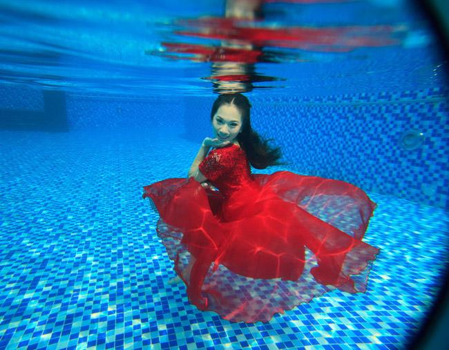 Thí sinh Bùi NgọcThanh Vi còn yếu khi tạo hình dưới nước