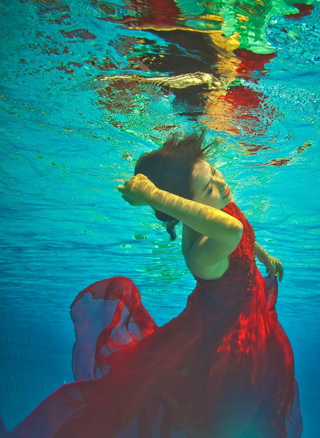 Thí sinh ĐoànThu Hoài không tự tin khi ở dưới nước