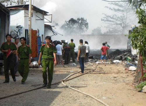 Nhà xưởng cháy đùng đùng ngay cạnh cây xăng - 1
