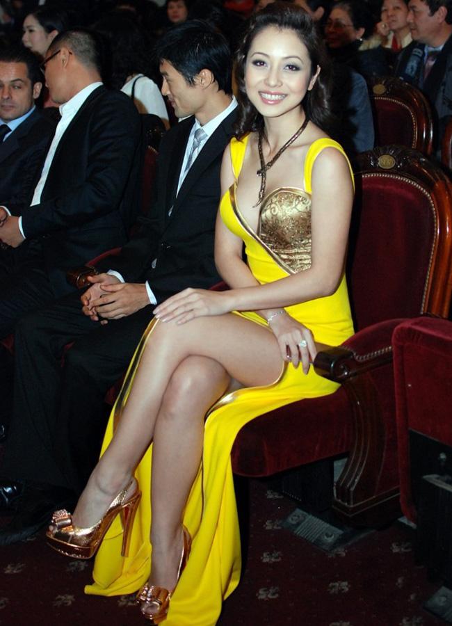 ... sức hút ngút trời của chiếc váy xẻ khiến ngay cả nam diễn viên Johnny Trí Nguyễn cũng không thể làm ngơ khi ngồi cạnh Jennifer.