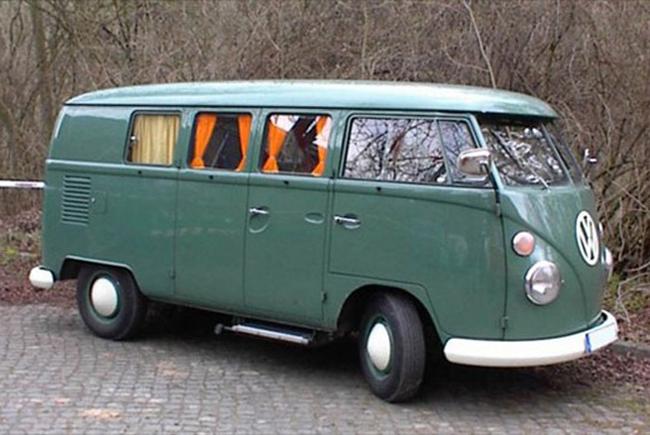 Volkswagen Microbus hay Kombi là biểu tượng của dân hippy vào thập niên 60. Mẫu xe này có thể cùng lúc chuyên chở 10 người - Ảnh: MSN.