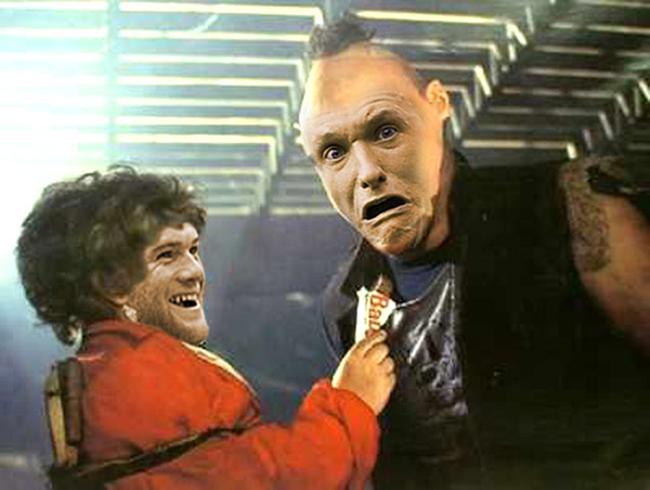 Rooney 'mời' Phil Jones ăn bánh.