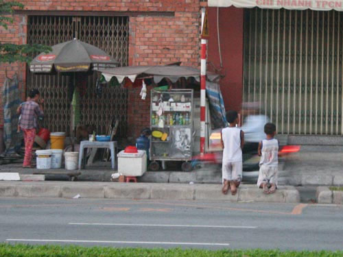 Mẹ bắt 2 con quỳ giữa phố - 1