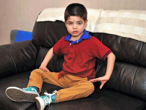 Cậu bé nghiện nhai…thảm chùi chân - 1