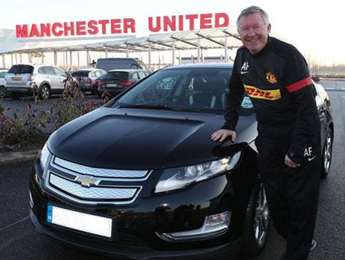 Alex Ferguson phấn khởi nhận Chevrolet Volt - 1