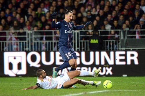 Chiếc giày vàng: Ibra đấu Messi - 1