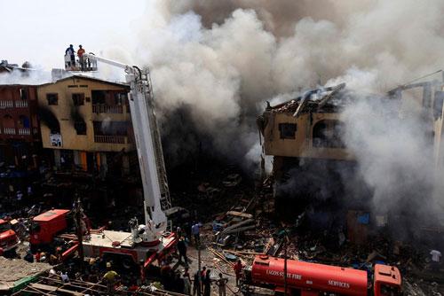 Nigeria: Nổ kho pháo hoa, 10 tòa nhà đổ sập - 1