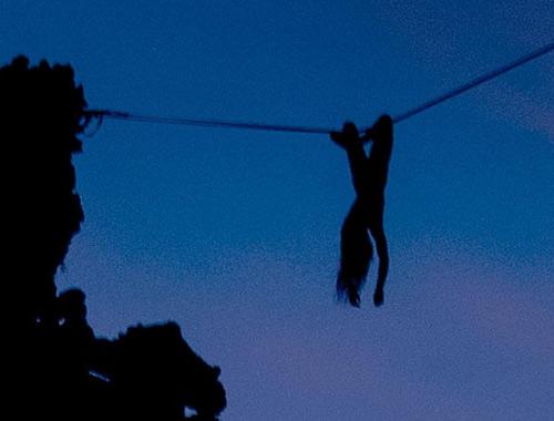 Khỏa thân đi thăng bằng trên dây - 1