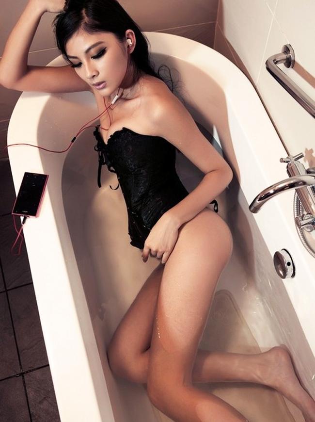 Chiếc điện thoại thông minh với khả năng chống chịu nước là nguồn cảm hứng cho mỹ nữ có màn tắm táp khoe cơ thể đầy nóng bỏng