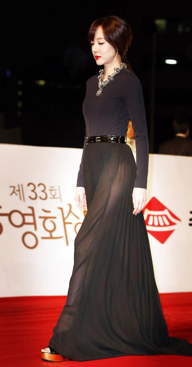 """Im Soo Jung """"xuyên thấu"""" đẹp rạng ngời trên thảm đỏ Rồng Xanh"""