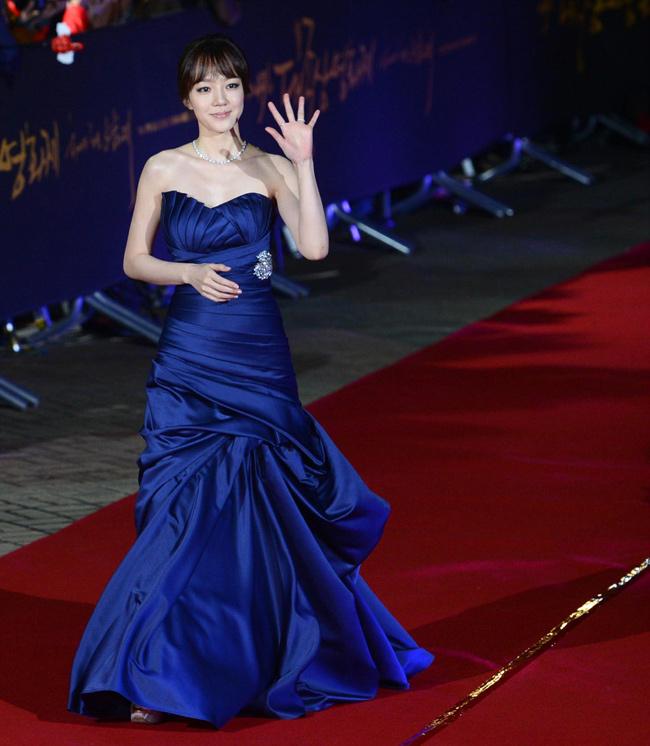Cô cũng tỏa sáng nhan sắc trên thảm đỏ Pusan
