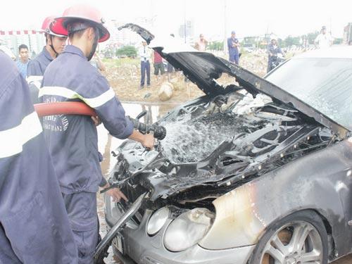Xế hộp Mercedes cháy rụi capô khi đang chạy - 1