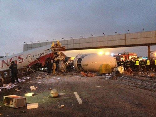 Nga: Máy bay lao xuống đường, 4 người chết - 1