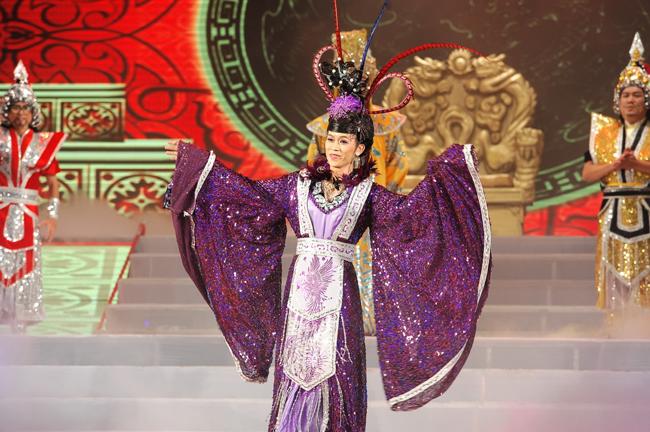 Trong liveshow riêng tổ chức vào ngày 14/2/2011,Hoài Linh bất ngờ tuyên bố, đây sẽ là lần cuối cùng anh giả gái.