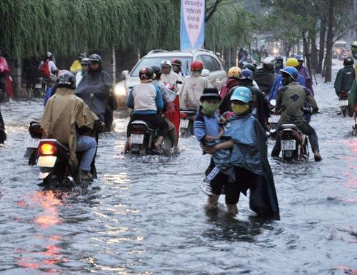 Mưa lớn, người dân Sài Gòn khốn khổ vì ngập - 1