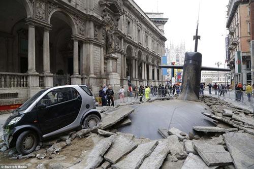 Ý: Tàu ngầm phá đường trồi lên giữa phố - 1