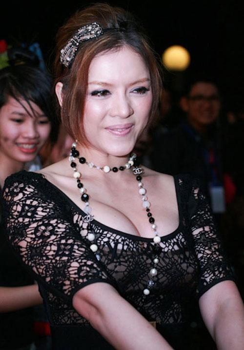 """Nốt ruồi """"phú quý"""" trên ngực mỹ nữ Việt - 1"""