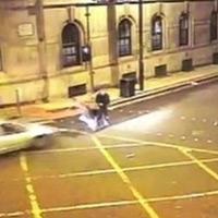 Anh: Lao ôtô hất tung nhóm bạn để trả thù