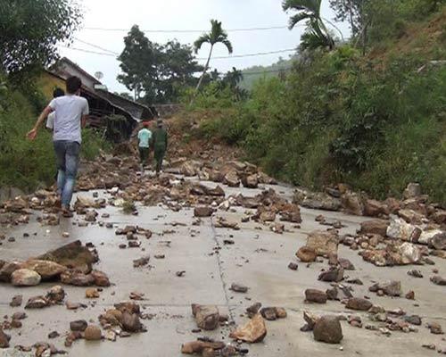 Quảng Ngãi: Núi lở ầm ầm, 400 hộ dân bị cô lập - 1