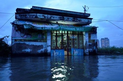"""Triều cường, mưa lớn """"bủa vây"""" Sài Gòn - 1"""