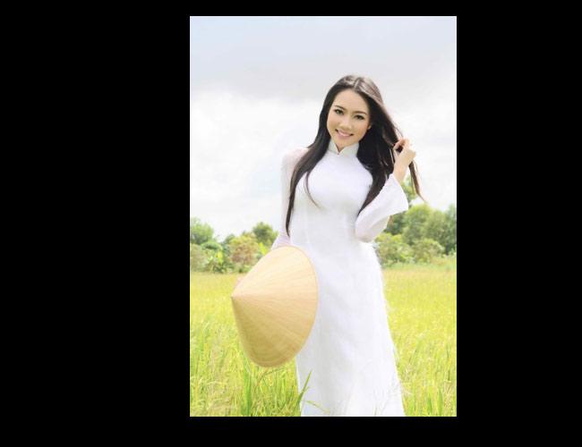 Người đẹp 9X Diệp Hồng Đào xinh xắn trên đồng lúa.