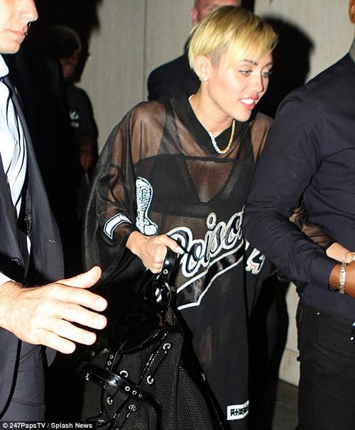 """""""Gái hư"""" Miley Cyrus mặc váy trong suốt - 1"""